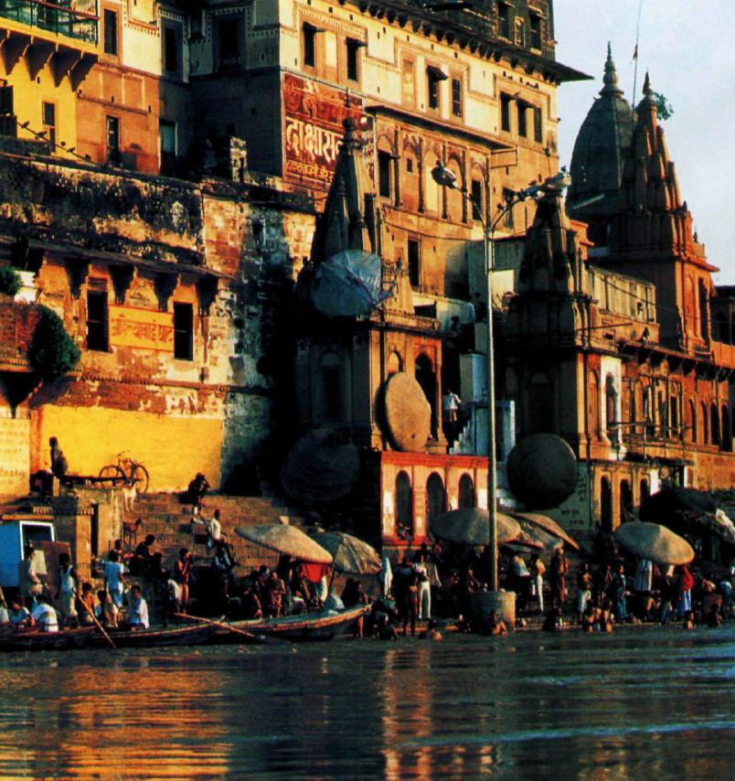 Город Варанаси (иначе — Бенарес) на реке Ганг