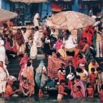 Верующие спускаются к Гангу, чтобы в его водах очиститься от грехов и защитить себя от напастей.