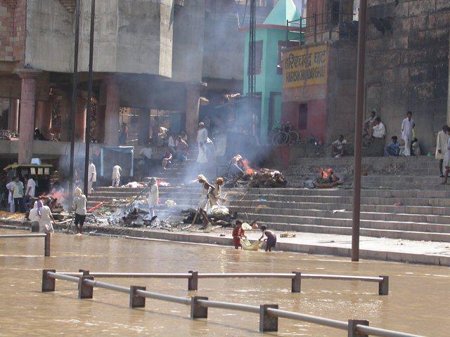 Сжигание умерших на берегу реки Ганг