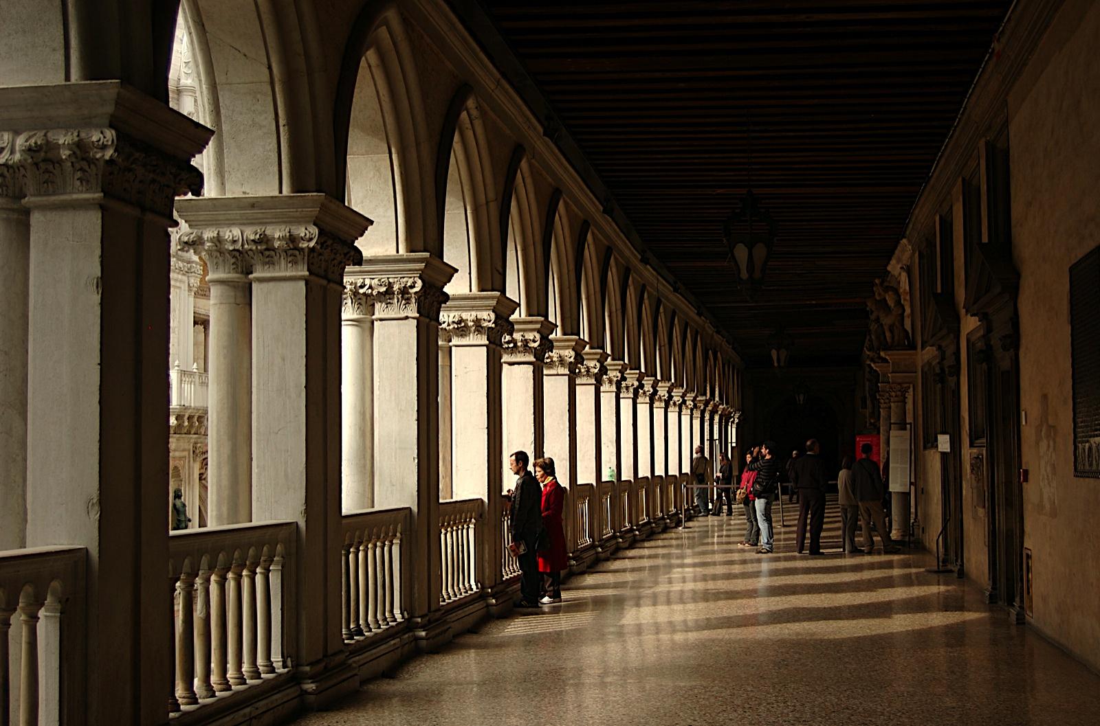 Галерея-балкон проходящая по периметру дворца