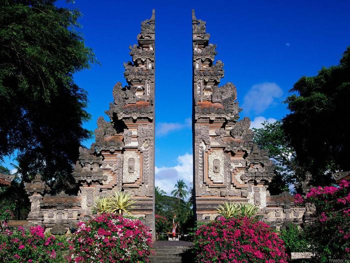 Бали часто называют островом «тысячи богов»