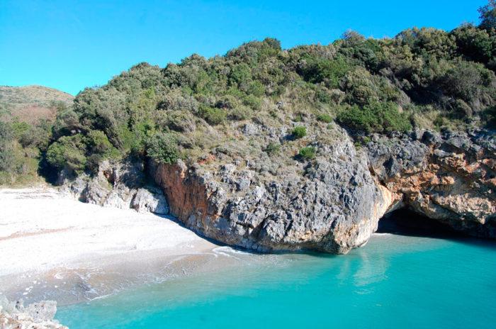 Песчаный пляж Белая бухта в Камерота (Cala Bianca - Camerota)