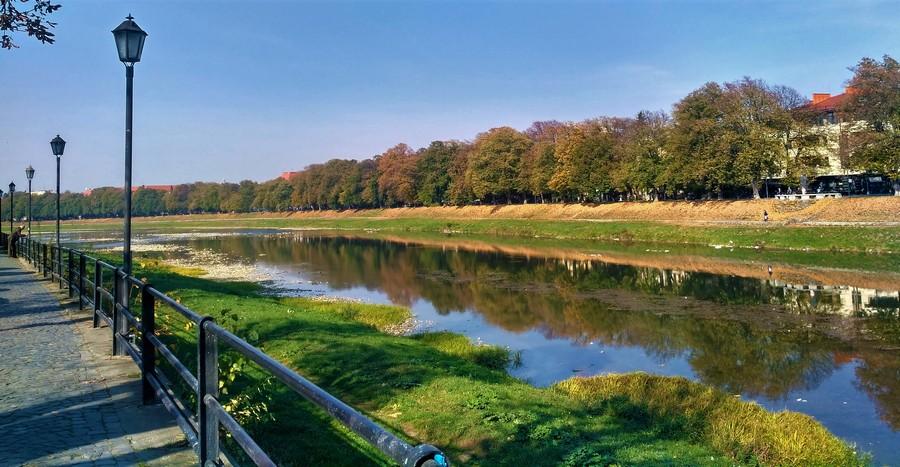Ужгородская Липовая аллея - вид из Киевской набережной