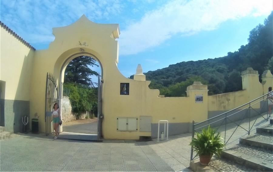 Храм Святой Троицы на Расколотой скале в Гаэте