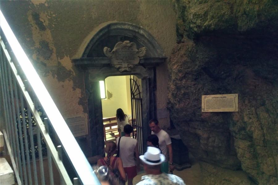 Расколотая гора (Montagna Spaccata) и часовня св. Филиппа