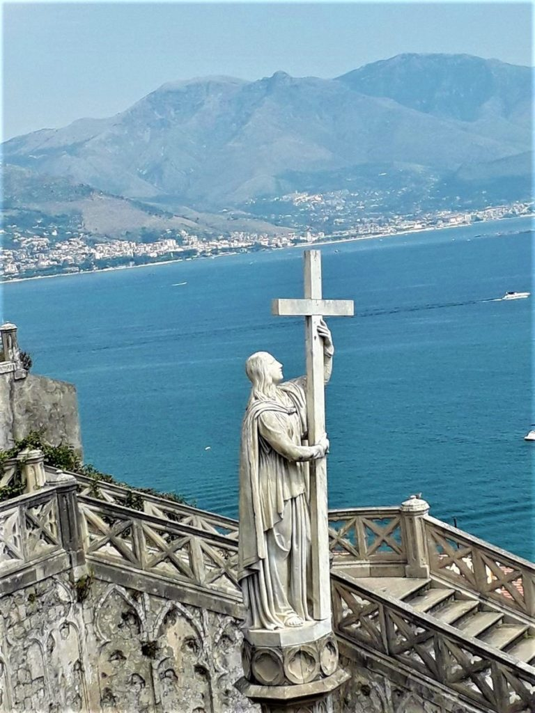 Скульптура Религии возле Храма Святого Франциска Ассизского